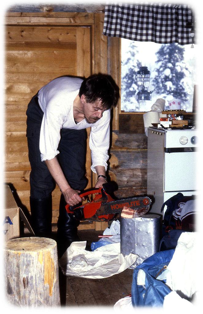 Mökkimini on monipuolinen työkalu, jos jäinen lihapala ei tottele puukkoa, se tottelee moottorisahaa.