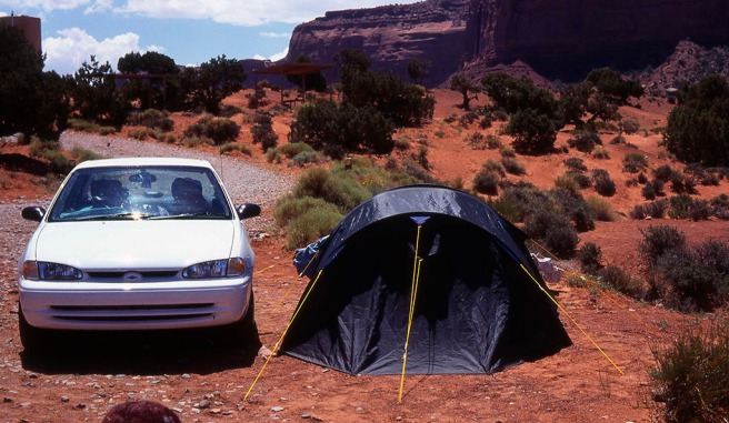 Teltan maakiilojen saaminen pysymään hiekkakivisorassa oli muuten uskomattoman hankalaa. Siksi kolmen tunnin asennusaika, ja lopulta sivunarut auton oven väliin.