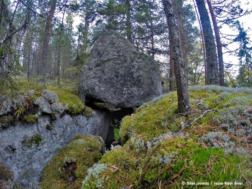Noin 2 m kanttiinsa olevan kiven alle on muodostunut todella jännä pesäpaikka. Ehkä tästä on tämänkin mäen nimi peräisin?