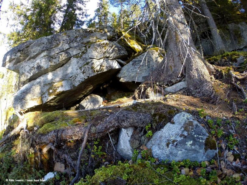 Myös tämän kasan alta löytyy luola.