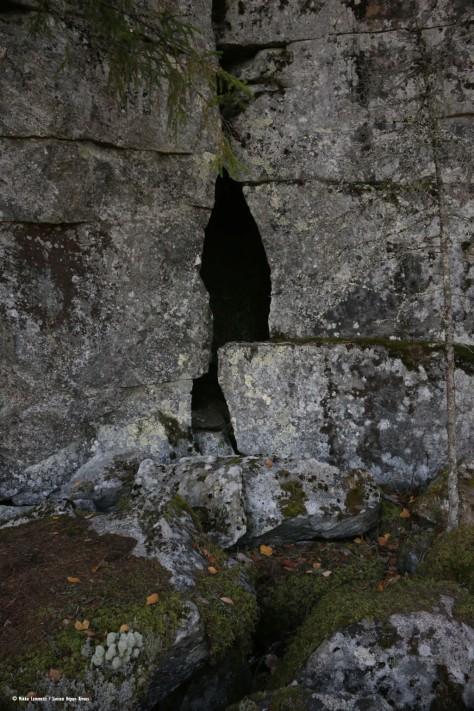 Vaikka paikassa oli monenlaista reikää ja rakoa, niin varsinaisen pääluolan, eli siis Kivimäen luukun sisäänkäynti jäänyt varmasti epäselväksi.
