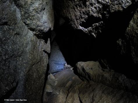 Luolan perällä on selkeästi erilaista kiveä kuin reunoilla.