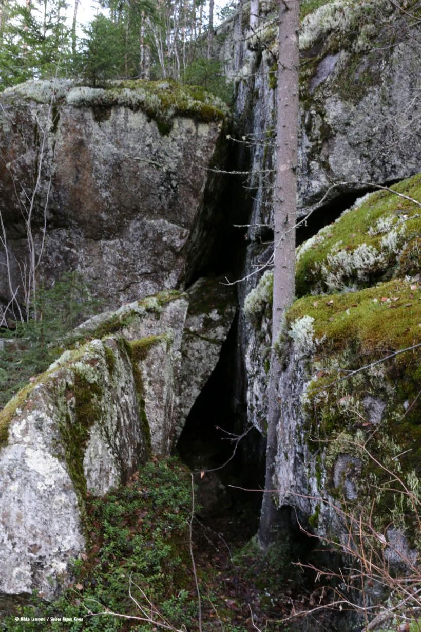 Kauempaa katsottuna luola ei näytä erityisen isolta ainakaan syvyyssuunnassa.
