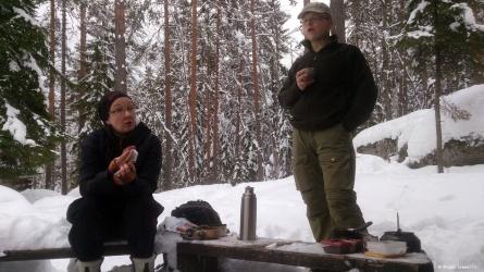 Tervarummun Sami ja Marika tauolla Kirnukankaan laavulla.