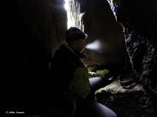 Sisällä luolassa on niin viileää, että hengitys höyryää kahvin lisäksi.