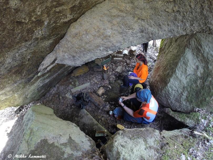 Isojen kivien alla on vilpoisaa kesähelteelläkin.