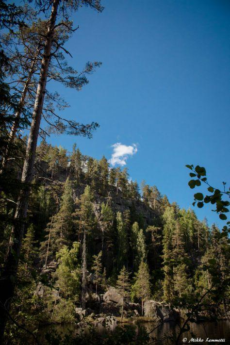 Mahtava Kalajanvuoren jyrkänne. Jyrkänteen juurella on jossakin kuulemma myös luola, mutta sen tarkka paikka ei liene tiedossa.
