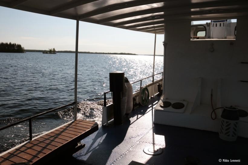 Myllykosken kansipaikat sijaitsevat laivan perässä suojaisen katoksen alla, jolloin auringon paahde tai satunnainen sadekuurokaan ei haittaa.