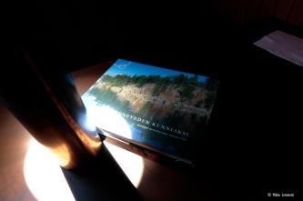Hytissä voi lueskella vaikka hienoa Konneveden Kunniaksi -kirjaa.