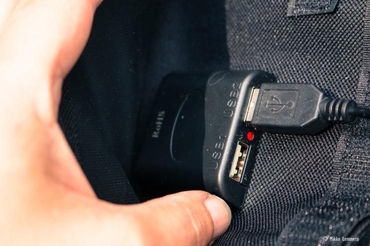 Laturilla voi periaatteessa ladata kahta laitetta yhtä aikaa.