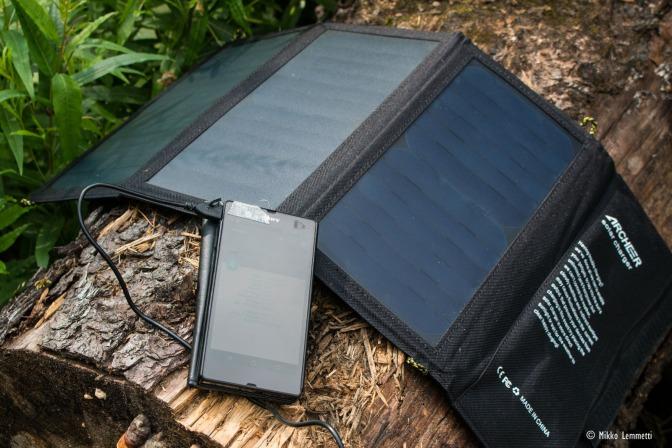 Aurinkokennolaturi – retkeilijän pelastus vai verkonpaino?