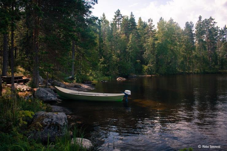 Petäjäsaareen voi rantautua saaren eteläpään laituripaikan lisäksi myös pohjoispäässä olevaan rantaan.