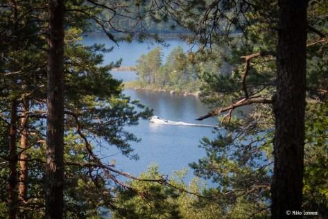 Peuravuoren laelta voi katsella vaikkapa ohitse ajavia veneitä.