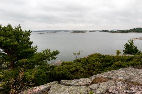 Kuvassa satama-alue jää oikealle niemen taakse.