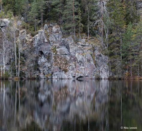 Ilma oli lähes tyyni, ja harmaat kallioseinämät ja puut heijastuivat upeasti veden pinnasta.