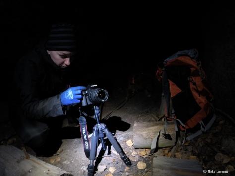 Anne virittelee kameraa luolassa.