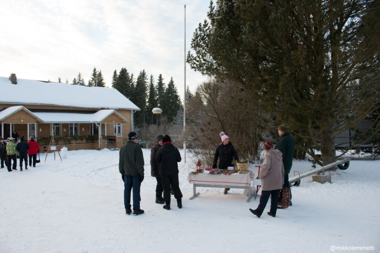 Kalapöydänkin luona käytiin ahkerasti. Myyntivuorossa Mari Pynnönen.