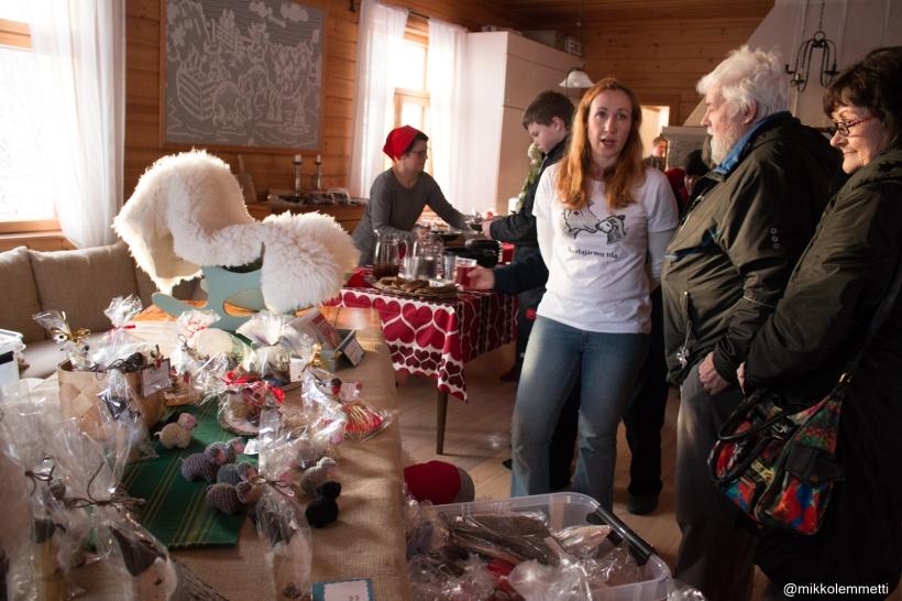 Mm. Ruotajärven tila oli paikalla esittelemässä lampaantaljoja. Taustalla Ilosen Hauen Mari Olkola.