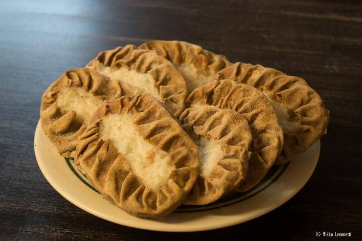 Myös piirakoita leivotaan, ja kuten kaikki muutkin leipomon tuotteet, alusta loppuun käsityönä. Ainoastaan taikinakone on helpottamassa isojen taikinoiden tekemistä.