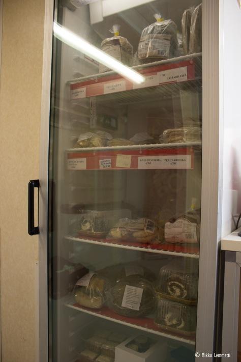 Leipomon jääkaapista löytyy ostettavaksi vaikkapa kakkuja, pasteijoita, erilaisia leipiä, piirakoita, torttuja