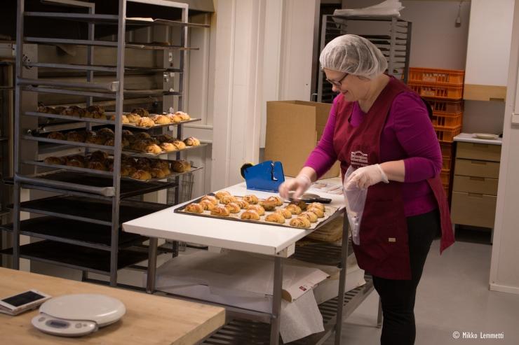 Sari pakkaamassa vastaleivottuja korvapuusteja.