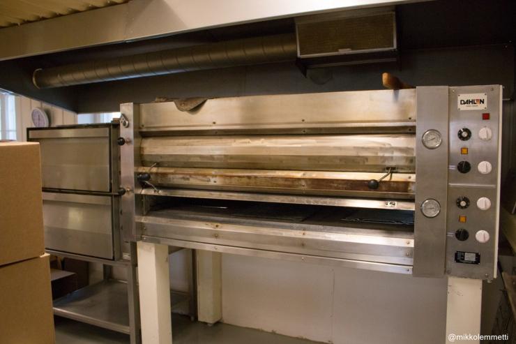 Esimerkiksi pizzoja varten leipomosta löytyy iso kiviarinauuni