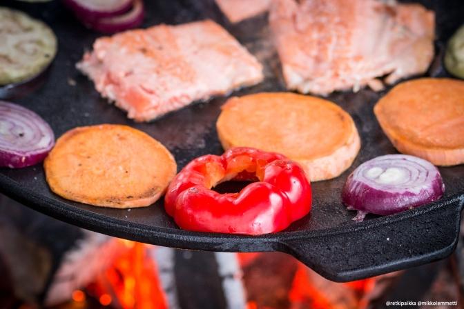 Ihan tolkun ruokaa tulilla: kasviksia ja kalaa auf Deutsch