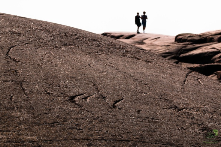 Tuntematon pariskunta tunnelmoimassa Bengtskärin kallioilla.