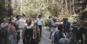 Ian Banyard ohjasi Natural Mindfulness -kävelyn. Ian Banyard of Cotswold Natural Mindfulness guiding a walk.