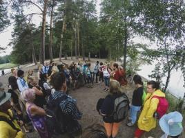 Metsäterapiaryhmä retkellä Liessaaressa. Erkki kertoo luonnosta. Forest Therapy group on a trip